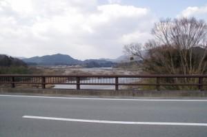 内城田大橋(宮川)から望む久具都比賣神社の社叢