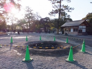 大晦日の大篝火(どんど火)が残された表参道口(外宮)