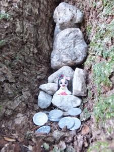 上御井神社を遥拝したフェンス付近の木の幹に・・・