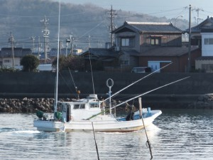 勢田川を遡る漁船