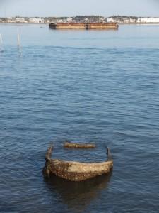 神社港に沈む船