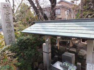 神宮遙拝御鳥居の石柱と湧き水汲み場、日永の追分(4615)