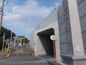 高岡神社の社標と鳥居、伊勢街道(8260)付近