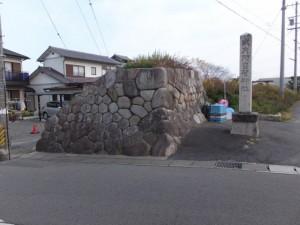 神戸の見附跡の石垣と阿自賀神社の社標(10712)