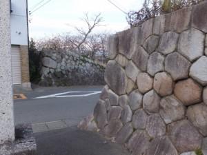 阿自賀神社の社標と神戸の見附跡の石垣(10712)