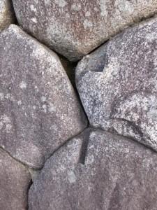 神戸の見附跡の石垣(10712)に残された木戸を支えた跡