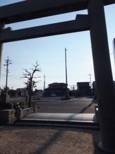 江島若宮八幡神社から望む常夜燈