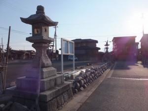 江島若宮八幡神社前の常夜燈・・