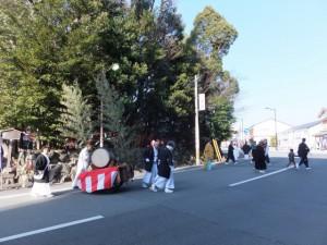 町内巡回へ(世木神社の御頭神事)