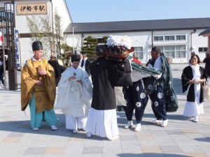 JR伊勢市駅前(世木神社の御頭神事)