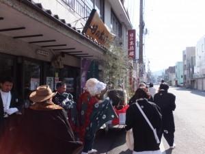 日の出旅館から町内巡回再開(世木神社の御頭神事)