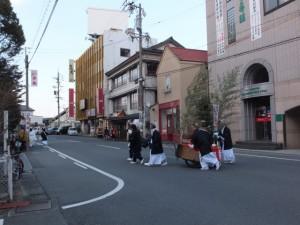 町内巡回を終えて世木神社へ(世木神社の御頭神事)