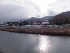 雪の五十鈴川左岸から望む対岸
