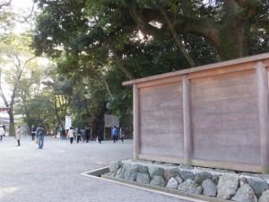 (01)本宮の前に立つ蕃塀(熱田神宮)