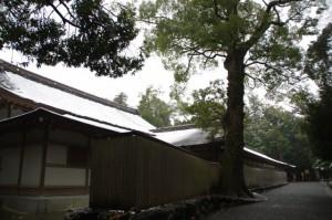 北御門参道から望む神楽殿(昨夜の雪が残る外宮)