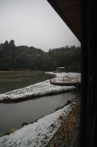 休憩舎から望む勾玉池の菖蒲園(昨夜の雪が残る外宮)