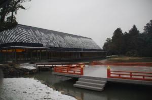 休憩舎から望むせんぐう館と奉納舞台(昨夜の雪が残る外宮)