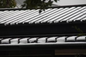 休憩舎の屋根(昨夜の雪が残る外宮)
