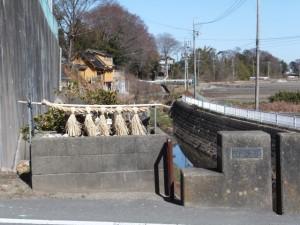 汁谷橋の山神(城田小学校付近)