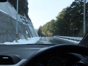 雪が残る、多岐原神社から船木大橋への途中