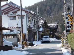 熊野古道伊勢路(JR紀勢本線 新田踏切)と旅館 岡島屋
