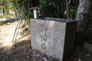 坂手国生神社付近にある常夜燈脇の手水石