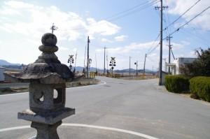 棒原神社付近の常夜燈とJR参宮線 前川踏切