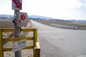 JR参宮線 前川踏切、前方には蚊野神社の社叢