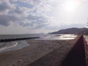 御塩殿神社の海岸側から望む二見浦海岸