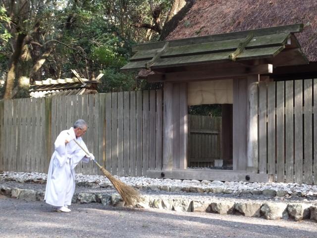清掃奉仕中の喜多井さん(御塩殿)