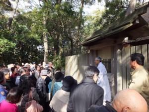 喜多井さんの説明に聴き入る観光客(御塩殿)