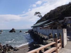 夫婦岩と波除板(二見興玉神社)