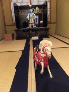 神路通の白馬伝説の再現展示、月夜見命と白馬(賓日館)