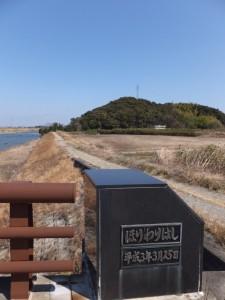 堀割橋(五十鈴川)から望む鏡宮神社、朝熊神社の社叢