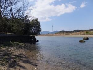 朝熊川と五十鈴川の合流地点より望む鏡宮神社から川へ通じる階段