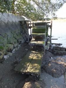 鏡宮神社から川へ通じる階段