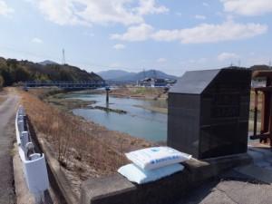 堀割橋の右岸から五十鈴川の上流側を望む