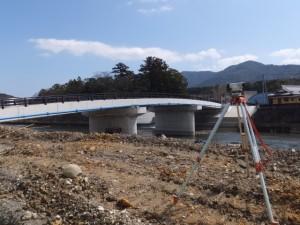 旧五十鈴橋を撤去した付近から望む新しい五十鈴橋(五十鈴川)