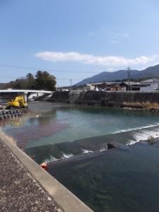 五十鈴川左岸から望む新しい五十鈴橋と撤去された古い橋の一部