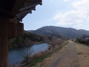 五十鈴川左岸、近鉄鳥羽線の高架橋下