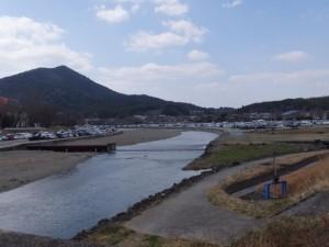 御側橋付近から望む五十鈴川河川敷駐車場