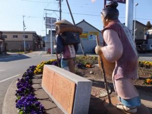 「熊野街道出立の街」のモニュメント(JR参宮線 田丸駅前)