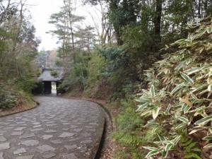 神宮文庫から表門(黒門)へ