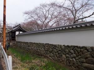 修復を終えた国史跡 旧豊宮崎文庫の門と練塀
