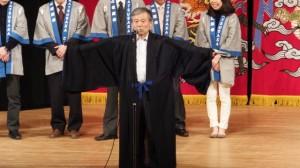 本居宣長が着ていた衣装の披露(クラギ文化ホール)