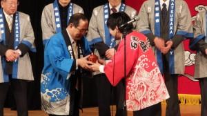 浜田市と松阪市で記念品の交換(クラギ文化ホール)