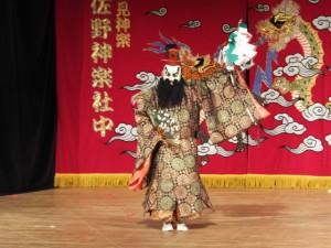 石見神楽、佐野神楽社中による「大蛇(おろち)」(クラギ文化ホール)