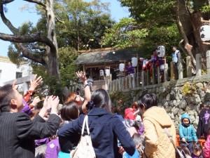 大山祗神社 奉納「獅子と天狗の舞」菓子まき(大山祗神社)