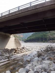 犁谷から見上げる犁谷橋(大台町)