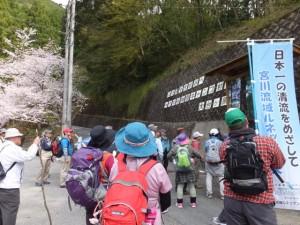大杉神社、大杉谷大スギの案内板の前で(宮川ウォーク、大杉谷自然の家付近)